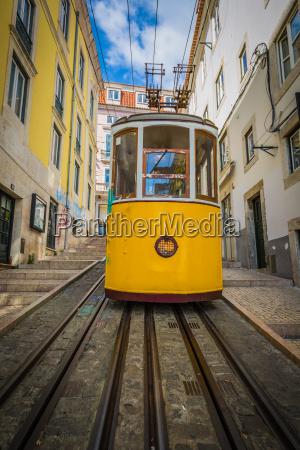gelbe strassenbahn in zentrum von lissabon