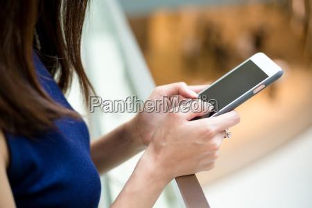 frau die einen bildschirm smartphone verwendet