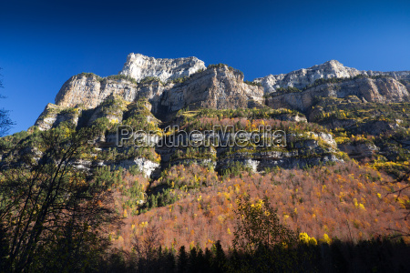 herbstlandschaft im ordesa nationalpark pyrenaeen huesca