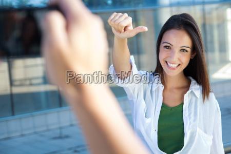 junges paar macht fotos mit handy