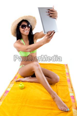 huebsches junges maedchen mit gruenem bikini