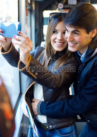 junges paar selfies mit smartphone bei