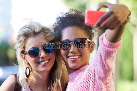 zwei universitaet maedchen studenten eine selfie