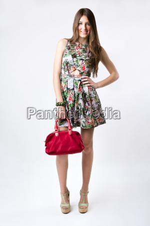 fashion frau traegt ein huebsches fruehlingskleid