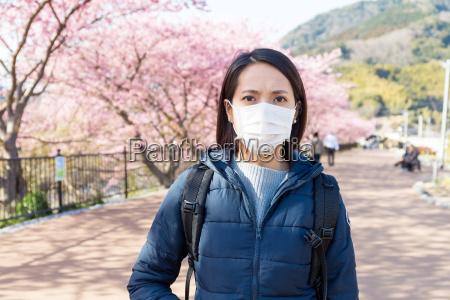 frau leiden unter pollenallergie