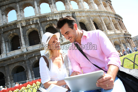 paar in rom tablette mit touristischen