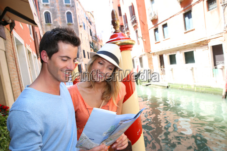 paar touristen in venedig blick auf