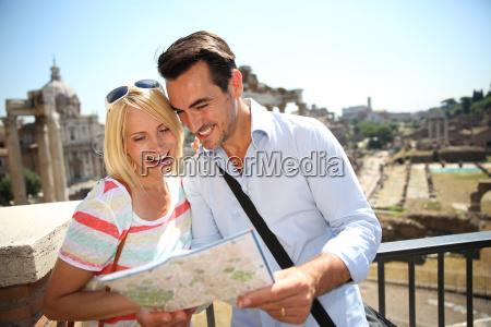paar touristen stadtplan von dem roemischen