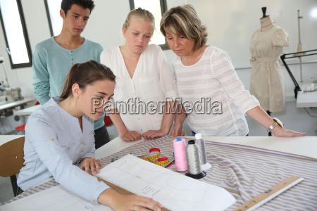 gruppe von studenten in dressmaking ausbildungsschule