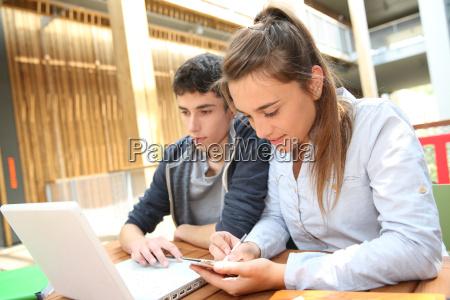 jugendliche arbeiten am laptop in der