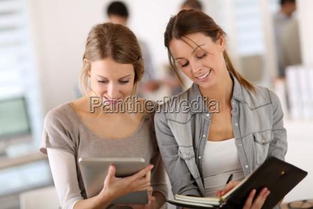 studentinnen machen praktikum im unternehmen