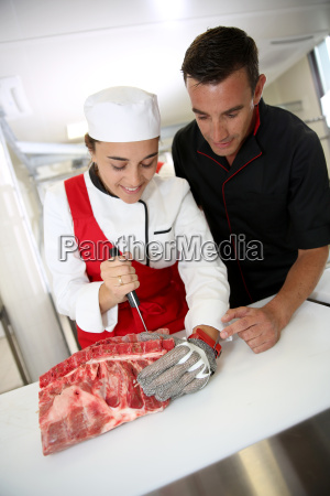 professionelle metzger lehre student mit fleisch