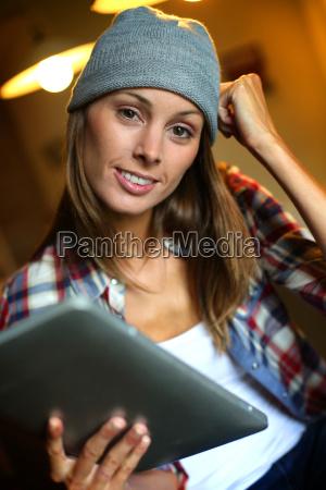 hipster maedchen im web surfen auf