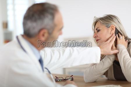 aeltere frau gefuehl nackenschmerzen