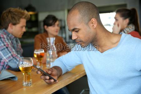 telefon telephon restaurant lachen lacht lachend