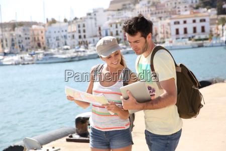 paare von touristen die stadtplan von