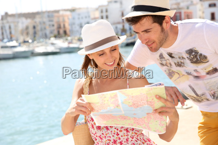 couple in vacation looking at city