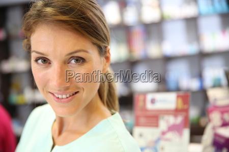 portraet der laechelnden apotheker frau in