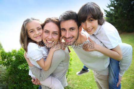 retrato de la familia feliz de