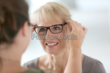 aeltere frau die neue brillen im