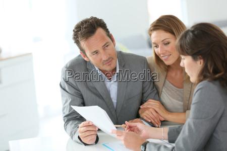 mujer banco personas gente hombre oficina