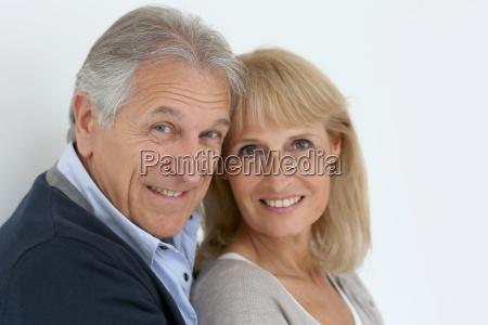 portrait der aelteren paare umarmen einander