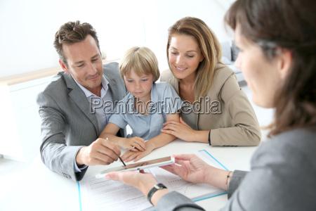 familien unterzeichnung hause kaufvertrag auf tablet