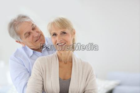 freundliche aeltere paar umarmt einander