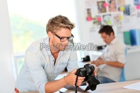 portrait des jungen fotografen im studio