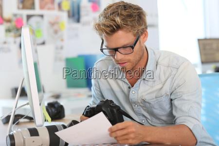 portraet des jungen fotografen reporter im