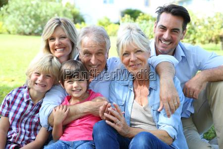 glueckliche 3 generation familie im grosseltern