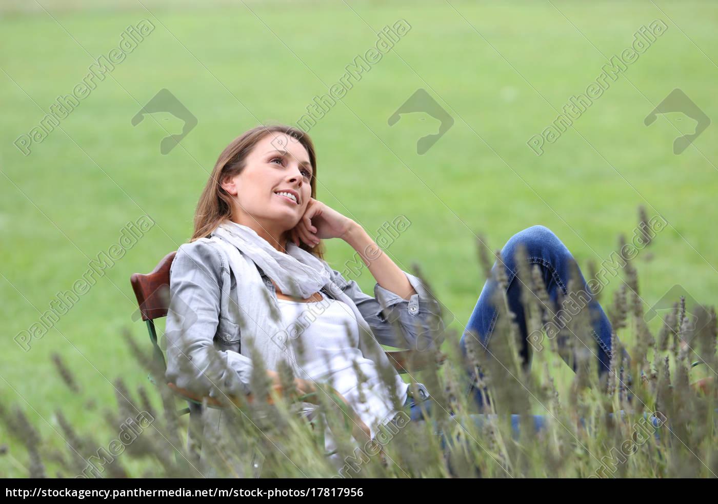 frau, entspannt, im, stuhl, im, hausgarten - 17817956