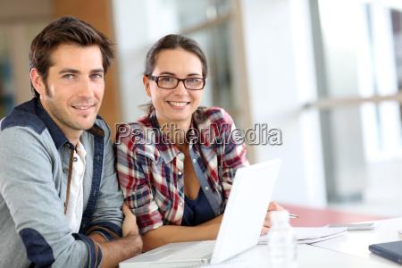 junge menschen auf laptop computer