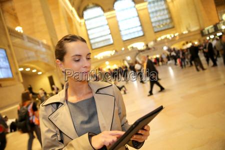 geschaeftsfrau im grand central station blick