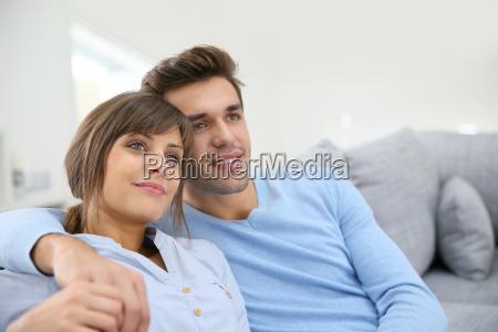 junge paare in der sofa entspannen