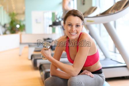 sportliche maedchen in fitness zentrum auf