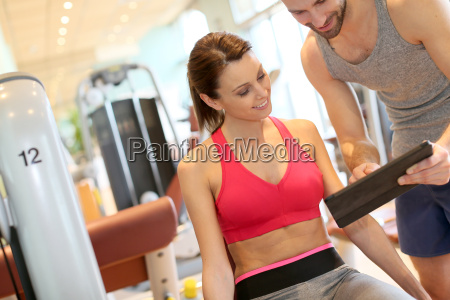 fitness maedchen mit trainer programm einrichten