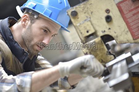 industriearbeiter an der maschine in der