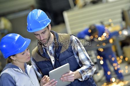 ingenieure in der stahlfabrik auf digitale