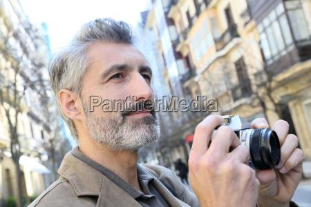 fotograf fotografiert in der stadtstrasse