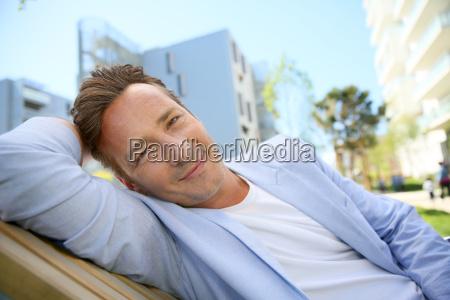 huebsche 40 jaehrige mann entspannt im