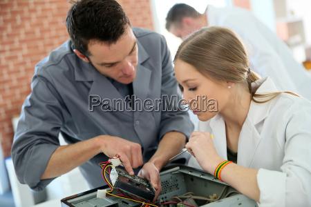 lehrer mit studenten in der technologie