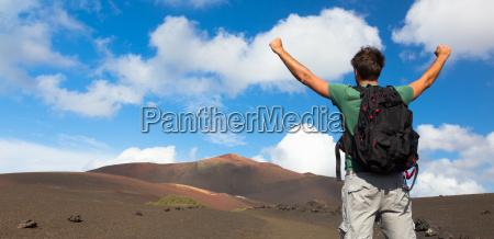 mann erreicht den gipfel des berges