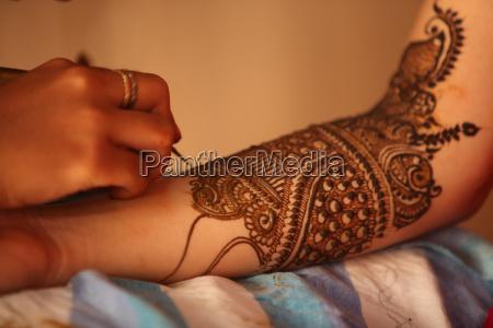 henna artist in work