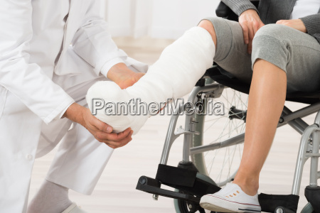 arzt aerztliche untersuchung leg of patient