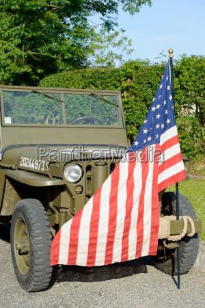 ww2 militaerfahrzeug mit der amerikanischen flagge
