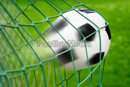 fussball tor mit dynamisch effektvoller bewegungsunschaerfe