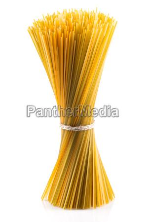 haufen von verschiedenen rohen italienischen pasta