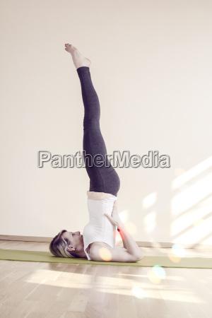 frau die yoga macht auf einer