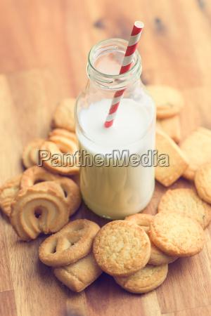suesse kekse und frische gesunde milch